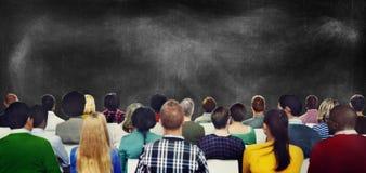Publikums-zufällige Verschiedenartigkeits-Leute, die Konzept treffen stockbild