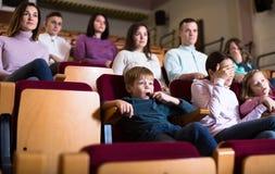 Publikumspublikum, das an Filmnacht teilnimmt Lizenzfreies Stockbild