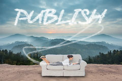 Publique contra o campo cênico com montanhas imagens de stock royalty free