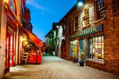 Pubs en Kilkenny, Irlanda en la noche Imagenes de archivo