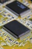 Puce électronique et inscriptions standard des résistances et condensateurs, petite profondeur d'acuité Photos stock
