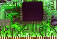 Puce électronique et inscriptions standard des résistances et condensateurs, petite profondeur d'acuité Image libre de droits
