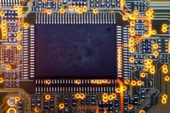 Puce électronique et inscriptions standard des résistances et des condensateurs Photographie stock libre de droits