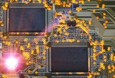 Puce électronique et inscriptions standard des résistances et des condensateurs Photos stock