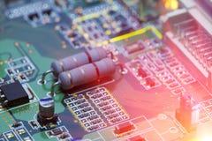 Puce électronique et inscriptions standard des résistances et des condensateurs Images stock