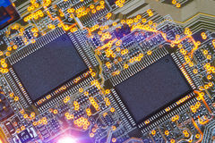 Puce électronique et inscriptions standard des résistances et des condensateurs Image libre de droits