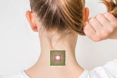 Puce bionique à l'intérieur de corps humain - concept de cybernétique image libre de droits