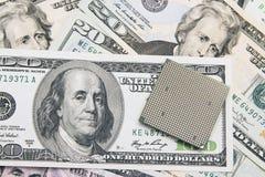 Puce d'unité centrale de traitement d'ordinateur sur 100 billets de banque de dollar US Photographie stock