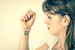 Puce de processeur à l'intérieur de main humaine - rétro style image libre de droits