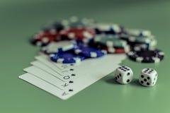 Puces colorées jouant des cartes et des matrices sur un éclair vert de fond royal image stock