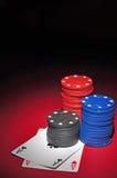 Puces de casino avec deux as photographie stock libre de droits
