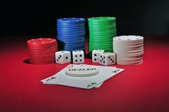 Puces de casino avec deux as image stock