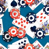 Puces de casino et cartes de tisonnier sur la table bleue, modèle sans couture illustration stock
