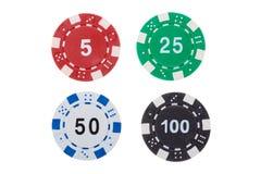 Puces de casino de tisonnier de coût différent d'isolement sur le fond blanc image libre de droits