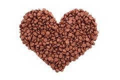 Puces de chocolat au lait dans une forme de coeur Photo libre de droits