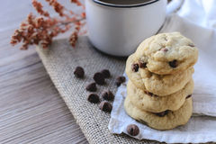 Puces de chocolat de biscuits avec du café et le conseil noir sur le jute, petit déjeuner, matin frais Images stock