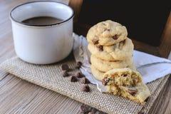 Puces de chocolat de biscuits avec du café et le conseil noir sur le jute, petit déjeuner, matin frais Photographie stock libre de droits