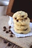 Puces de chocolat de biscuits avec du café et le conseil noir sur le jute, petit déjeuner, matin frais Photographie stock
