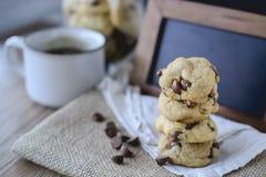 Puces de chocolat de biscuits avec du café et le conseil noir sur le jute, petit déjeuner, matin frais Photo stock
