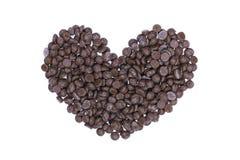 puces de chocolat en forme de coeur d'isolement sur le blanc Photographie stock libre de droits