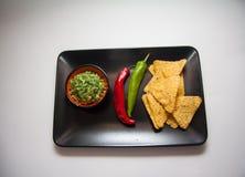 Puces de guacamole et de maïs image stock
