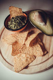 Puces de guacamole et de maïs photographie stock