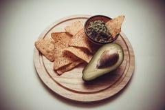 Puces de guacamole et de maïs photo stock