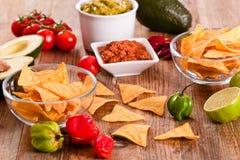 Puces de guacamole et de nacho images stock