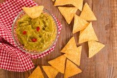 Puces de guacamole et de nacho photo stock