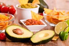 Puces de guacamole et de nacho photos stock