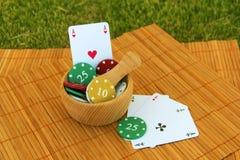 Puces de jeu avec la carte de jeu Photo libre de droits