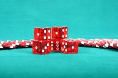 Puces de jeu de tisonnier sur une table de jeu verte Images stock