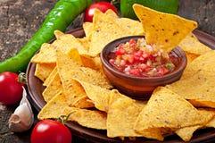 Puces de nacho et immersion mexicaines de Salsa images stock