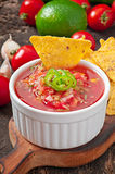 Puces de nacho et immersion mexicaines de Salsa image stock