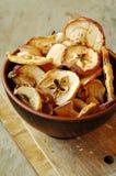 puces de pomme dans le bol en céramique de thé Photographie stock