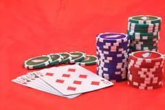 Puces de tisonnier et cartes de jeu images stock