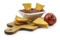 Puces de tortilla avec l'immersion chaude et la tomate Images stock