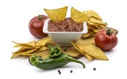 Puces de tortilla avec l'immersion chaude, les poivrons et les tomates Image stock