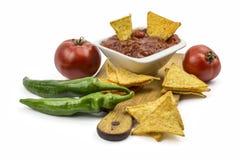 Puces de tortilla avec l'immersion chaude, les poivrons et les tomates Photos libres de droits