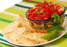 Puces de tortilla avec le Salsa et la limette image libre de droits