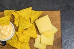 Puces de tortilla de maïs de Nachos Nachos avec du fromage Endroit pour votre texte image stock