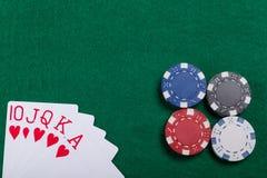 Puces et cartes de jeu sur la table verte de tisonnier Une combinaison de gain dans le tisonnier de quinte royale Images stock
