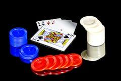 Puces et cartes en plastique colorées Image stock
