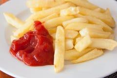 Puces et ketchupchips et ketchupChips et ketchup photo stock