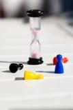 Puces et sablier multicolores sur une table en bois blanche La mémoire de T Photo libre de droits