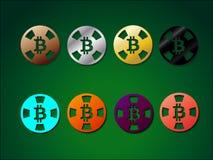Puces multicolores pour le casino avec le crypto bitcoin de devise Images libres de droits