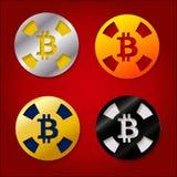 Puces multicolores pour le casino avec le crypto bitcoin de devise Image libre de droits