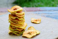 Puces organiques de pomme Fruits secs Casse-croûte doux sain Nourriture déshydratée et crue Copiez l'espace photos libres de droits
