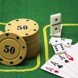 Puces pour des dominos de tisonnier et quatre as Image libre de droits