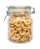 Puces sèches de banane dans une boîte métallique en verre Photos libres de droits